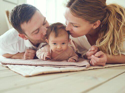 äiti ja isä vauvan kanssa