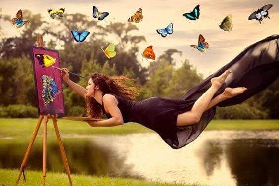 nainen maalaa lentäen