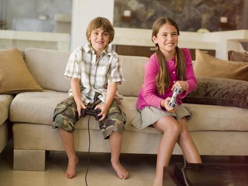 lapset pelaavat videopelejä