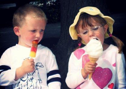 poika kadehtii tytön jäätelöä