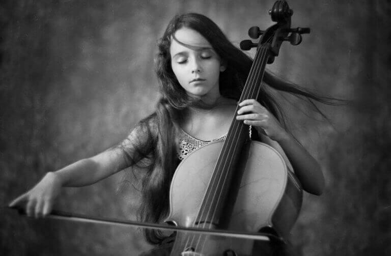 tyttö soittaa instrumenttia