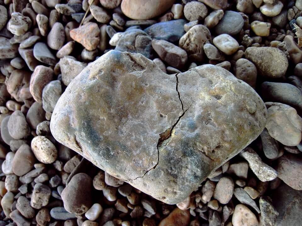 iso kivi ja pienet kivet