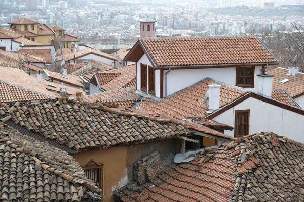 kylän talojen kattoja