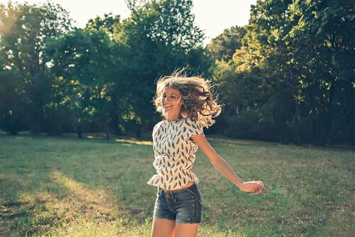 onnellinen nainen hyppii