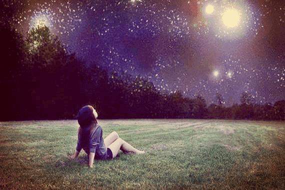 Tyttö, joka katsoi öiselle taivaalle ja löysi sisäisen valonsa