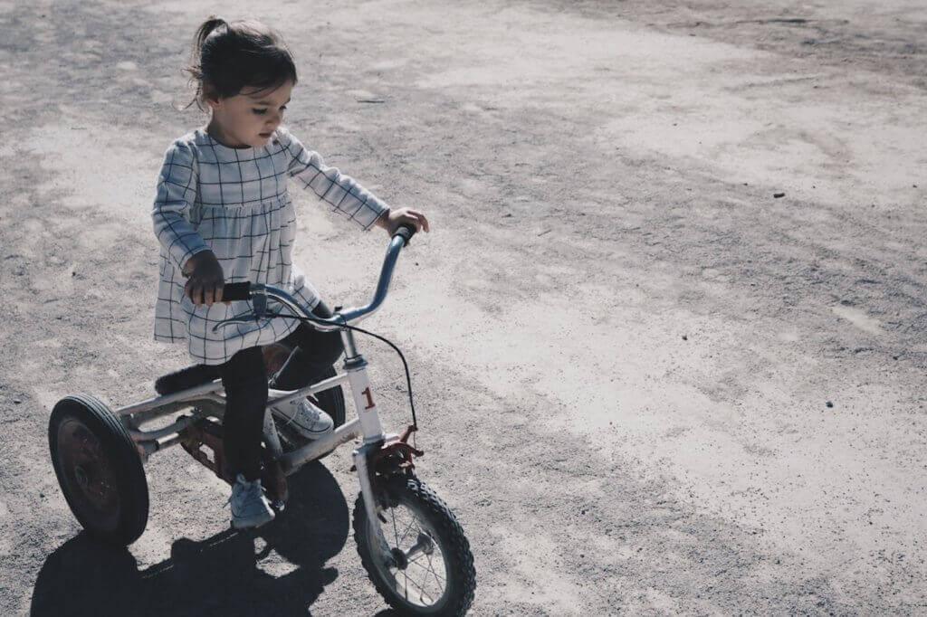 tyttö ajaa pyörällä