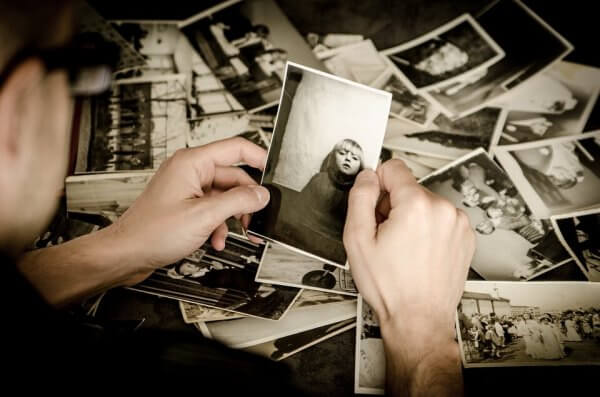 nostalginen olo vanhoja valokuvia katsellessa