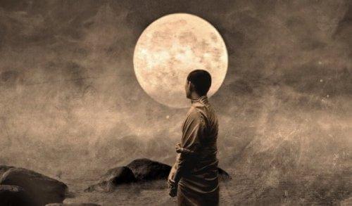 mies kuunvalossa