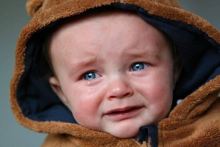 vauva itkee