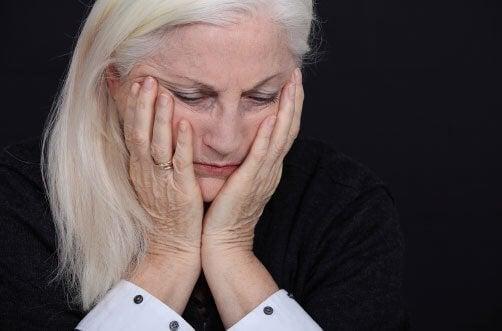 nainen murehtii