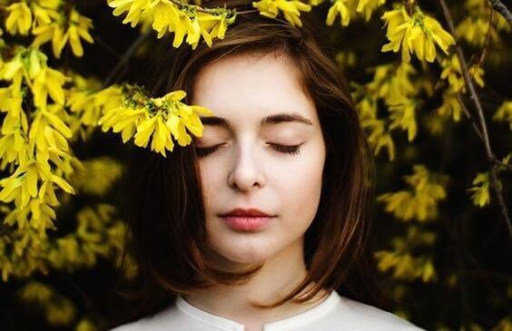 nainen kukkivan puun alla