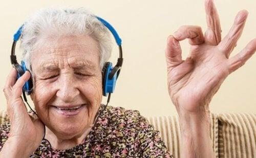 mummo kuuntelee musiikkia