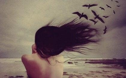 nainen tuulisella rannalla