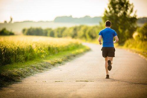 mies harrastaa liikuntaa päivittäin ja on onnellisempi