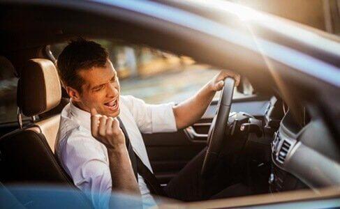 autossa laulaminen tekee onnelliseksi