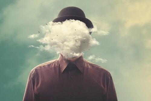 Itsensä irrottaminen maailmasta: mies jonka pää on savua