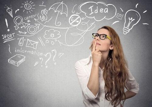nainen miettii ja ideoi