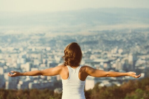 nainen tuntee itsensä vapaaksi