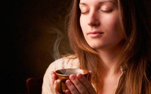 kahvin tuoksu lumoaa naisen