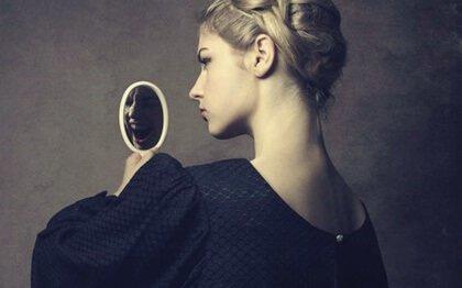 nainen katsoo vihaista peiliä