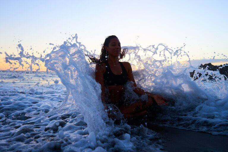 nainen meditoi vedessä