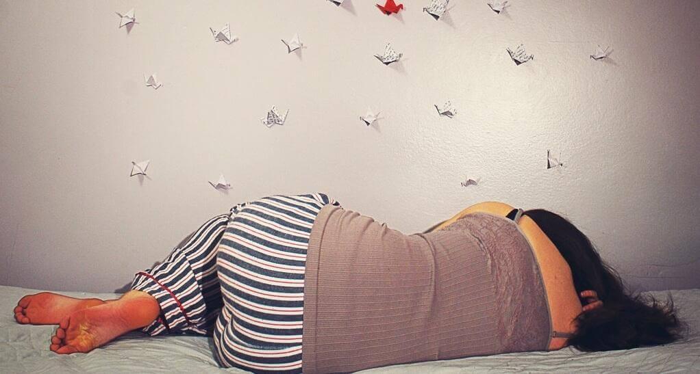 nainen nukkuu kyljellään