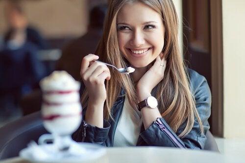 Nainen syö jäätelöä