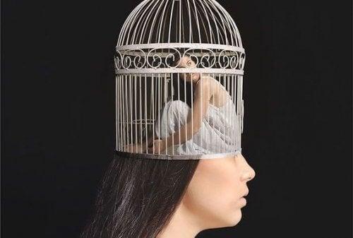 Naisen pää on häkissä
