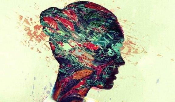 nainen jolla on värikäs pää
