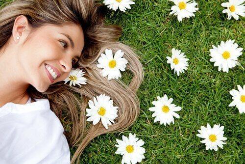 kukkia nurmikolla ja hiuksissa