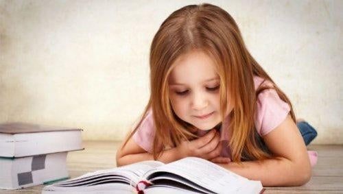 pieni tyttö lukee kirjaa