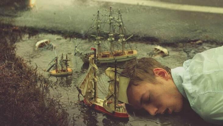 mies nukkuu laivojen seassa