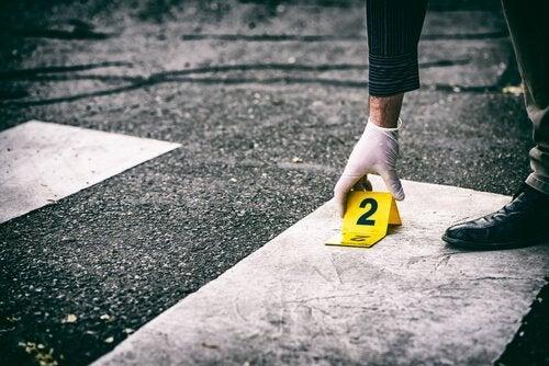 Mikä aiheuttaa järjestäytynyttä rikollisuutta?