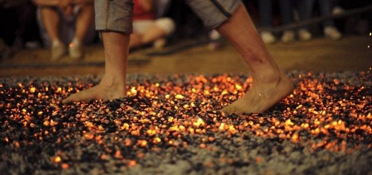 kävelee tulisilla hiilillä