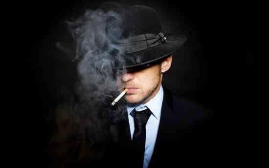 hämärä mies tupakoi