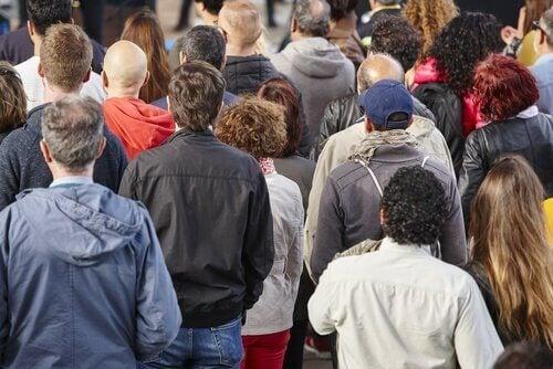 Sosiaaliluokan ja epäinhimillisyyden välinen yhteys