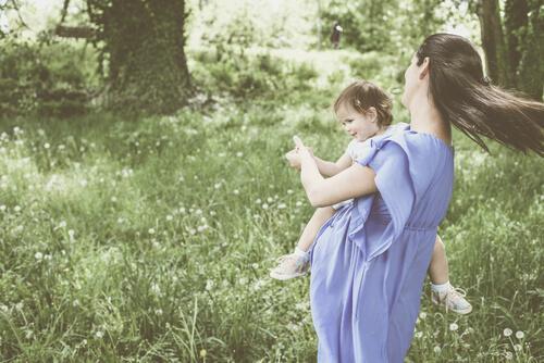 äiti tanssii pienen tyttönsä kanssa
