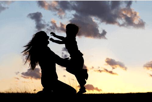autismista kärsivä poika ja äiti pitävät hauskaa