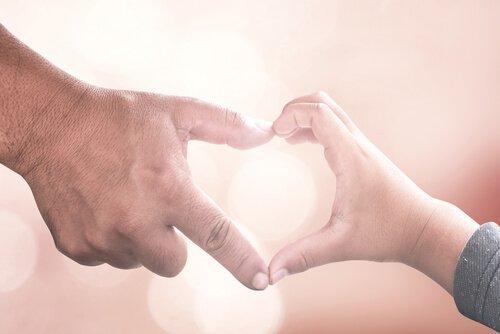 iso ja pieni käsi tekevät sydämen