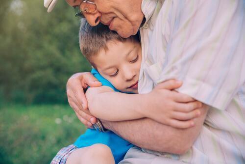poika ja isoisä halaavat