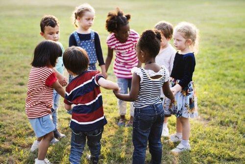 lapset leikkivät ja sovittelevat
