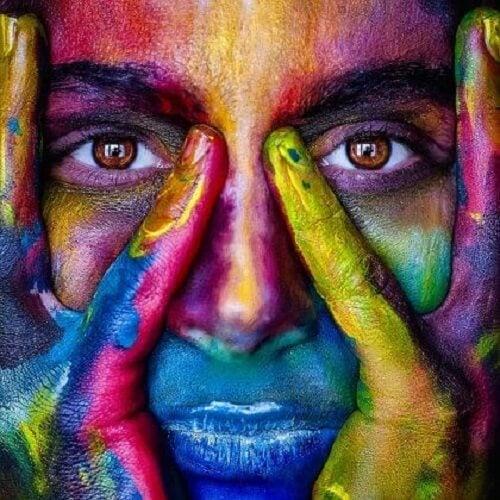 Selkäydin: maalattu-naama