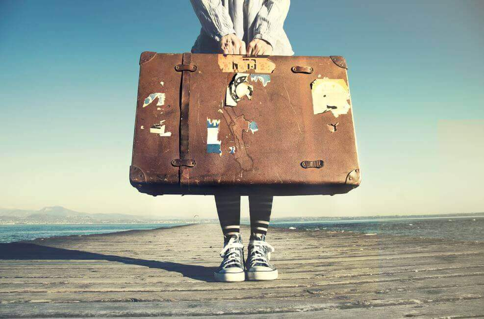 matkalaukku kädessä