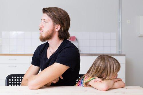 isä ja tyttö mököttävät
