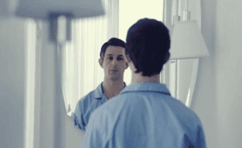mies koittaa peiliterapiaa
