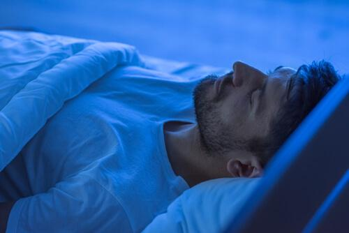 mies nukkuu rentoutuneena