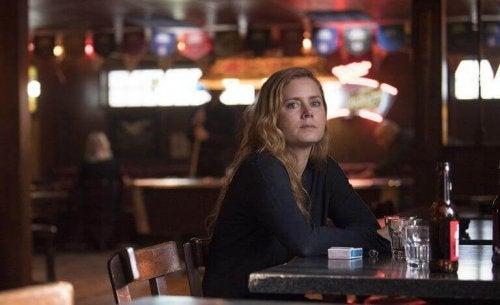 Itsetuhoiset taipumukset: nainen baarissa