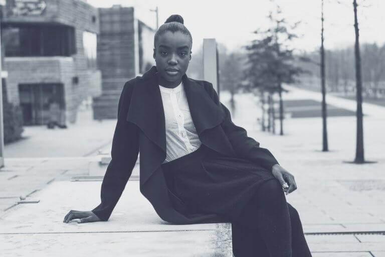 musta nainen poseeraa