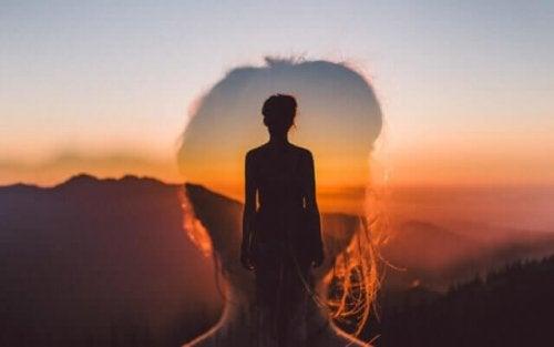 Onnellisuuden paradoksi: nainen ja auringonlasku