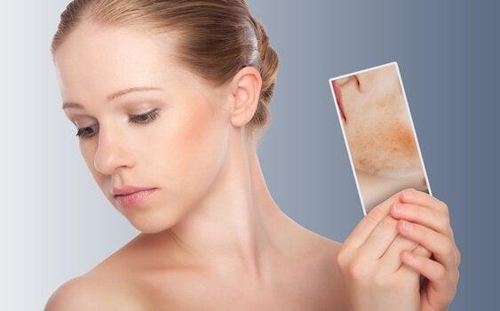 nainen koittaa peiliterapiaa
